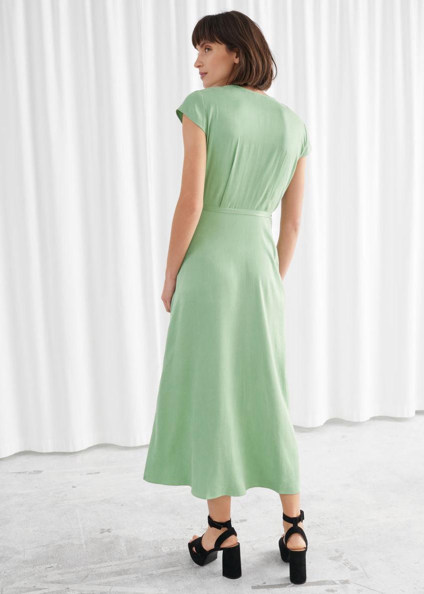 앤아더스토리즈 새틴 미디 랩 드레스의 피스타치오컬러 ECOMLook입니다.