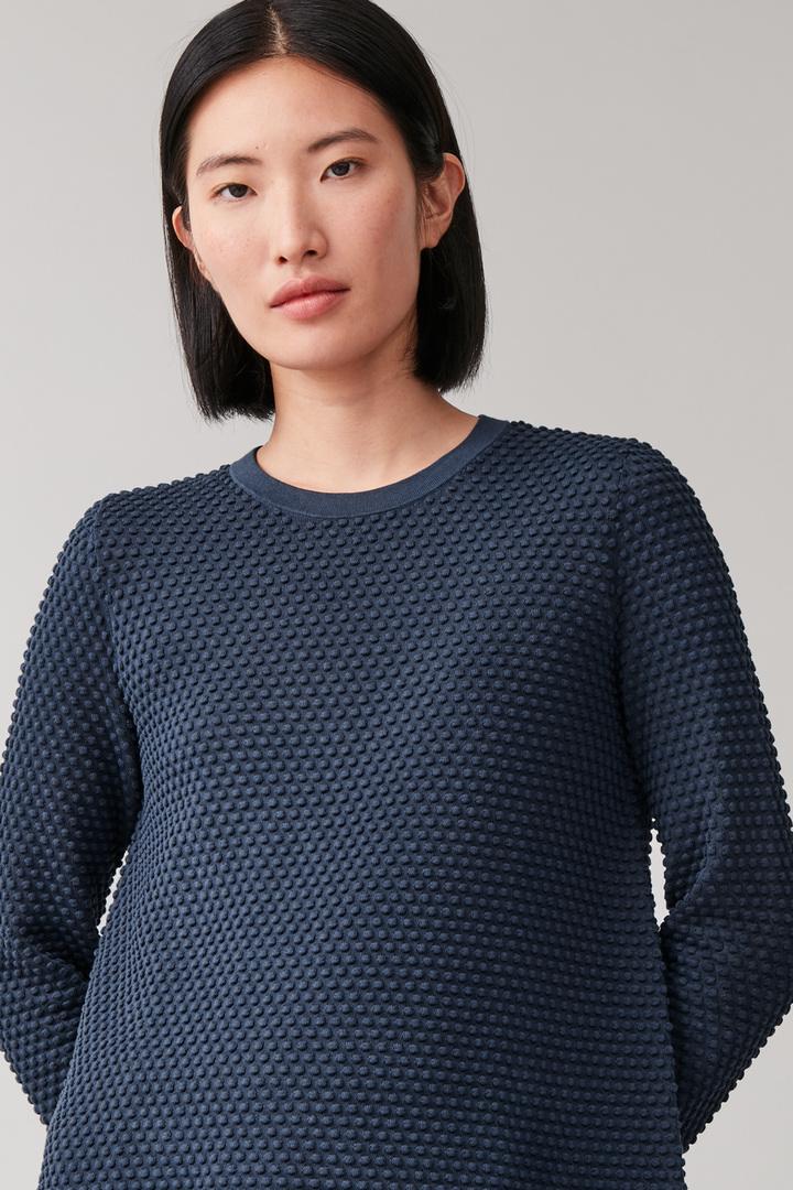 COS default image 7 of 블루 in 와플 스티치 오가닉 코튼 스웨터