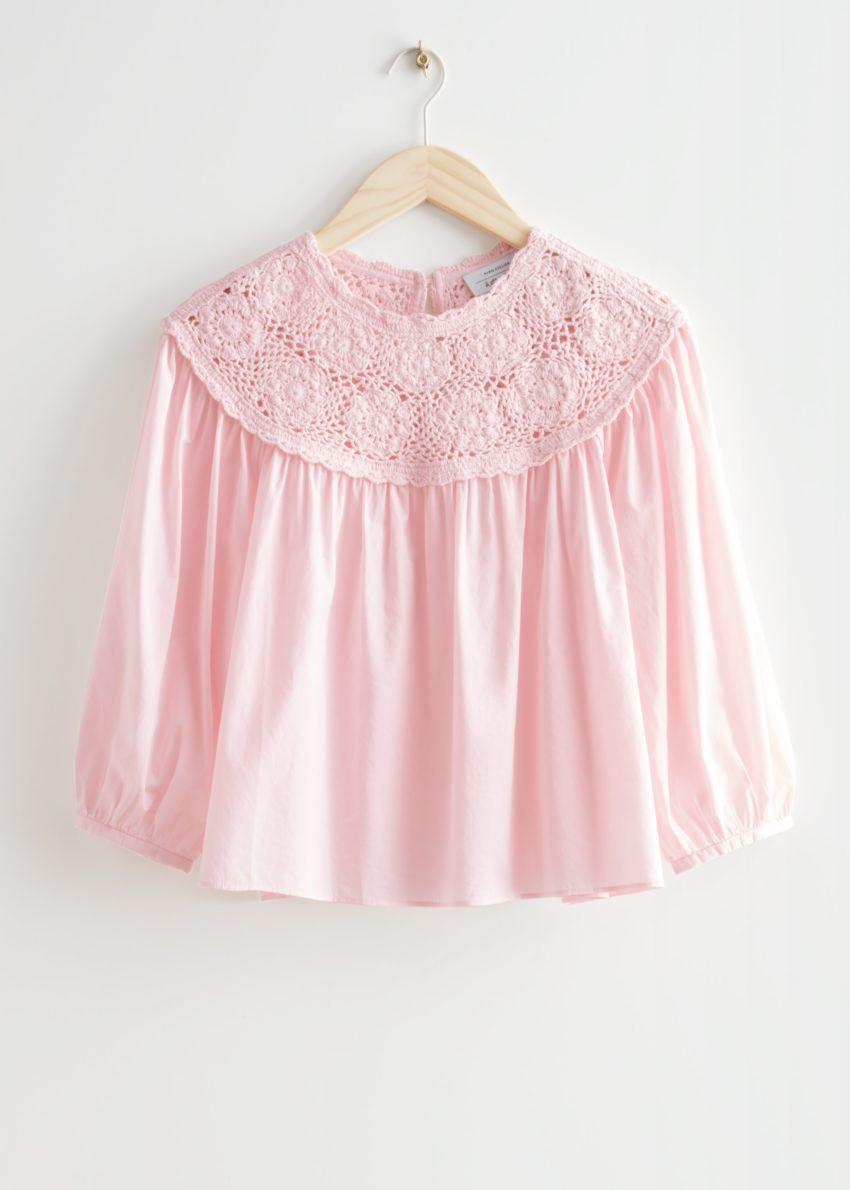 앤아더스토리즈 볼류미너스 크로셰 카라 블라우스의 핑크컬러 Product입니다.