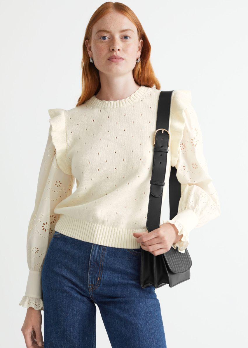 앤아더스토리즈 니트 러플 엠브로이더리 스웨터의 화이트컬러 ECOMLook입니다.