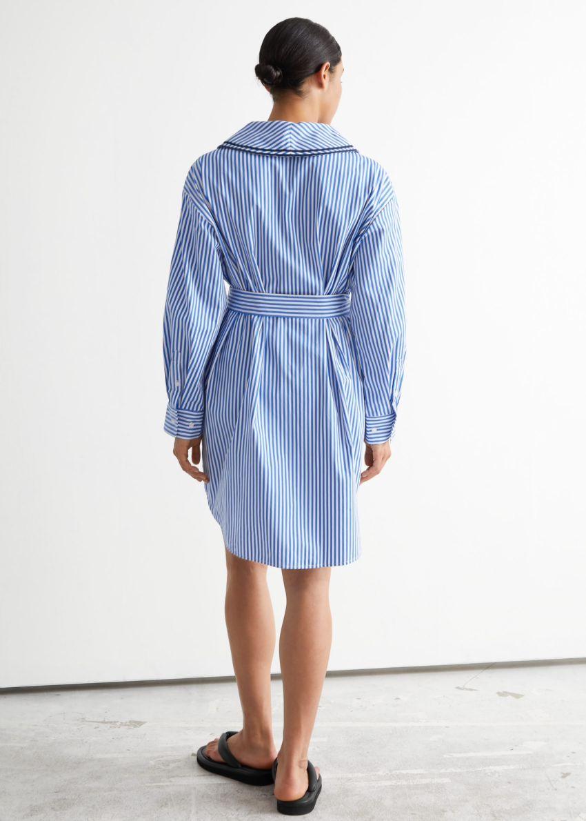 앤아더스토리즈 오버사이즈 미디 셔츠 드레스의 블루/화이트 스트라이프컬러 ECOMLook입니다.