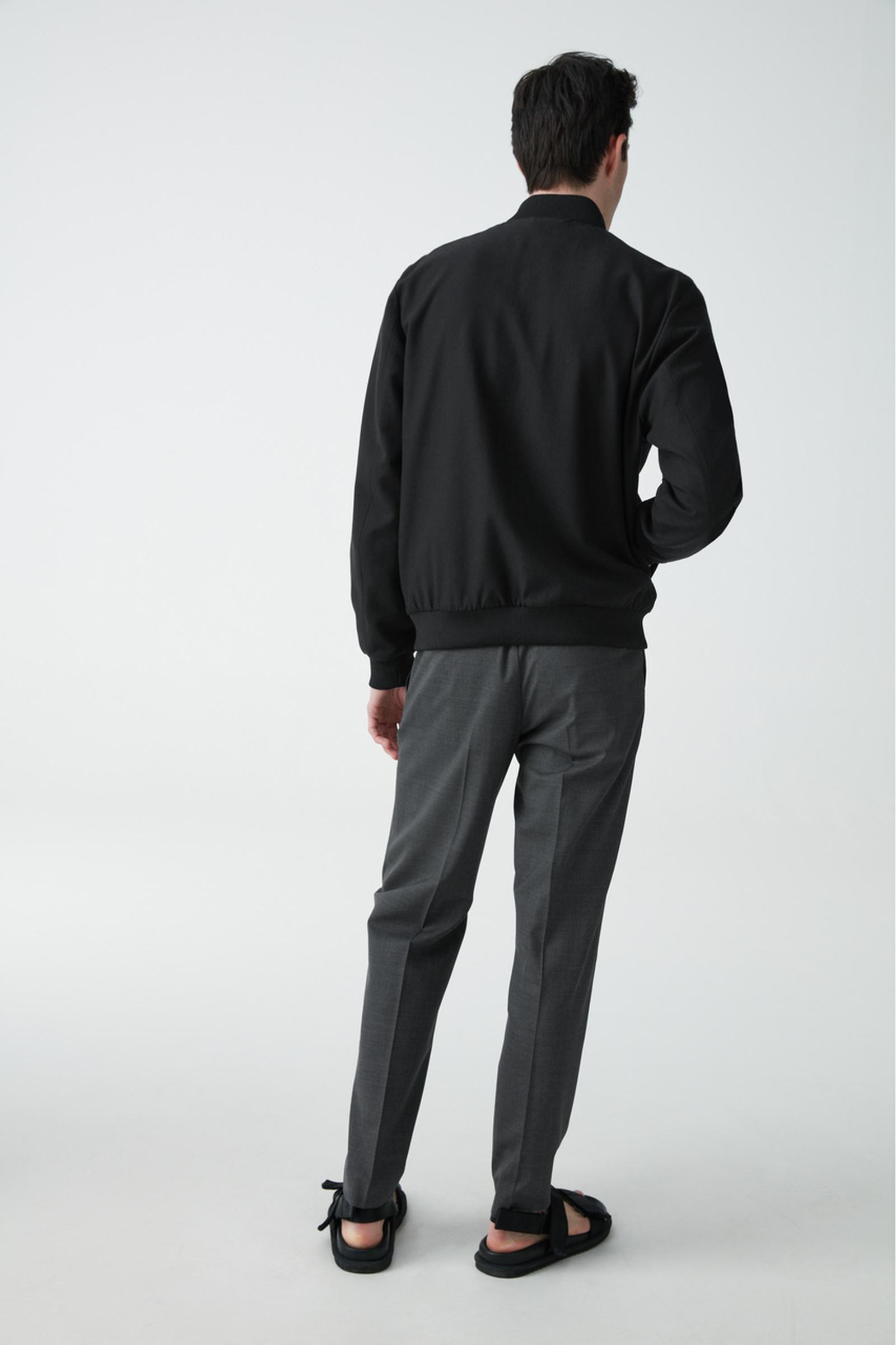 COS 코튼 봄버 재킷의 블랙컬러 ECOMLook입니다.