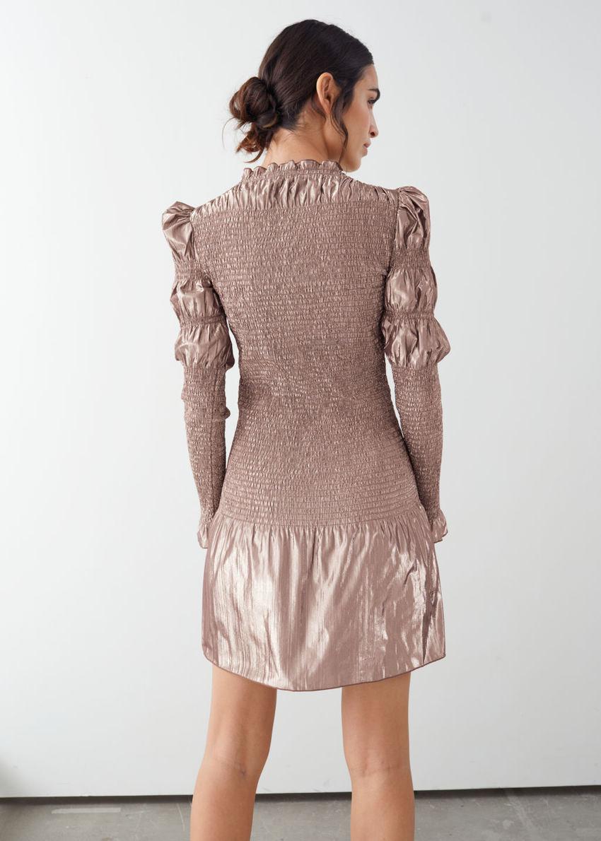 앤아더스토리즈 스모크 메탈릭 미니 러플 드레스의 핑크컬러 ECOMLook입니다.