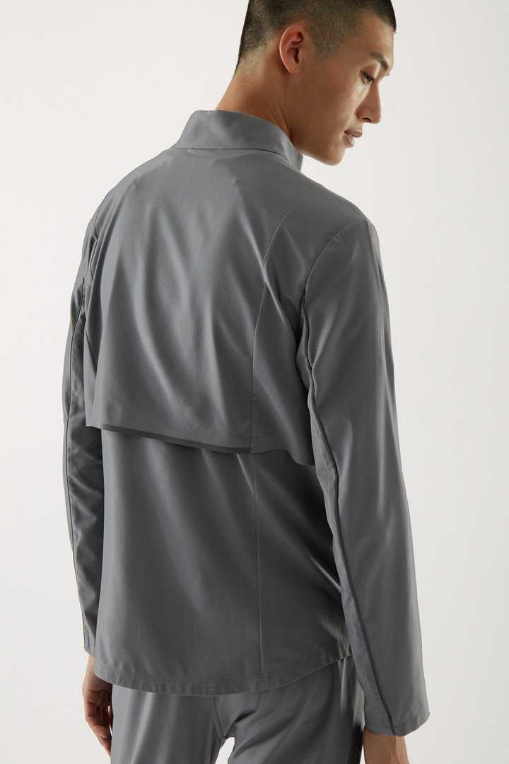 COS 퍼포먼스 러닝 재킷의 다크 그레이컬러 ECOMLook입니다.