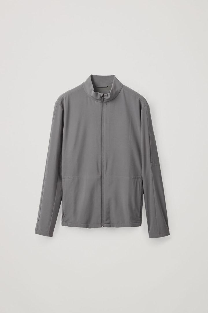 COS 퍼포먼스 러닝 재킷의 다크 그레이컬러 Product입니다.
