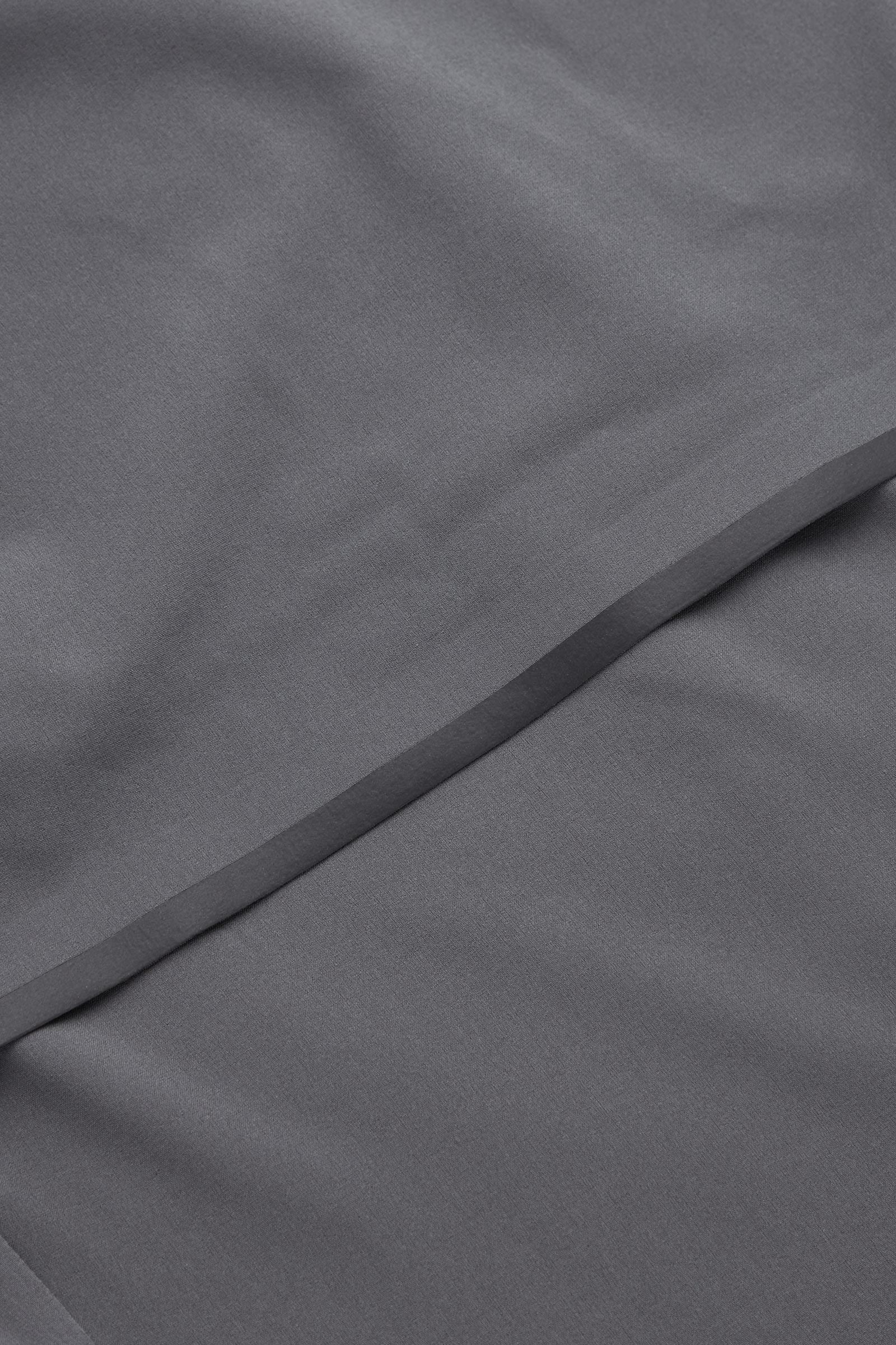 COS 퍼포먼스 러닝 재킷의 다크 그레이컬러 Detail입니다.