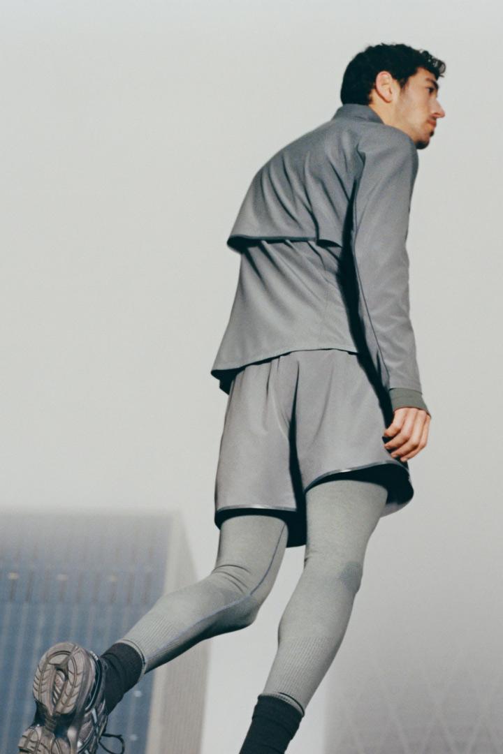 COS 퍼포먼스 러닝 재킷의 다크 그레이컬러 Environmental입니다.