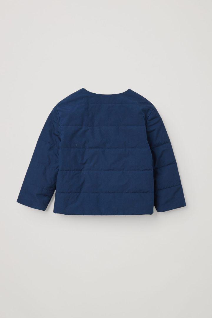 COS 오가닉 코튼 퀼팅 재킷의 블루컬러 Product입니다.