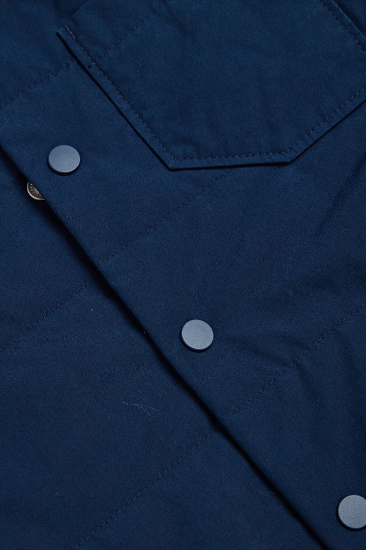 COS 오가닉 코튼 퀼팅 재킷의 블루컬러 Detail입니다.