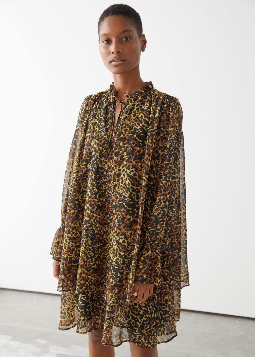 앤아더스토리즈 볼류미너스 레이어드 미니 드레스의 레오파드컬러 ECOMLook입니다.