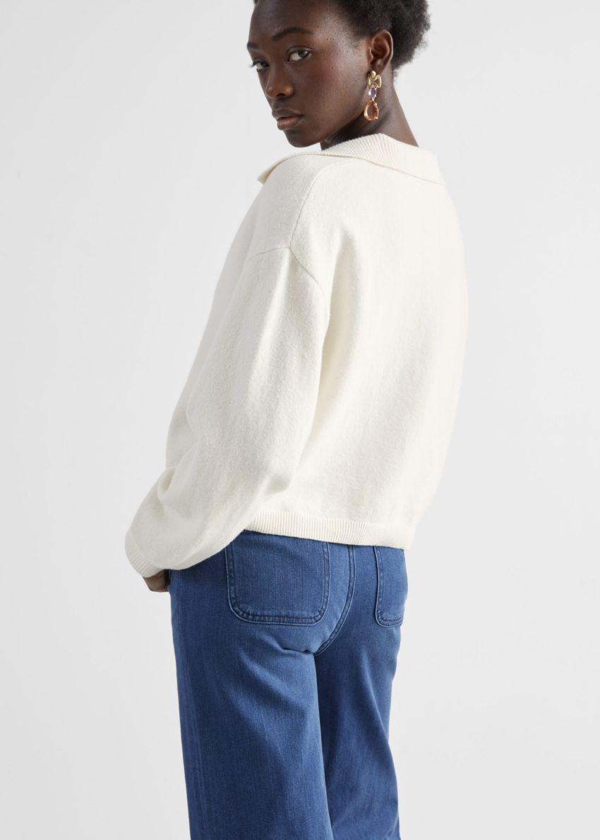 앤아더스토리즈 릴렉스드 카라 브이넥 스웨터의 화이트컬러 ECOMLook입니다.