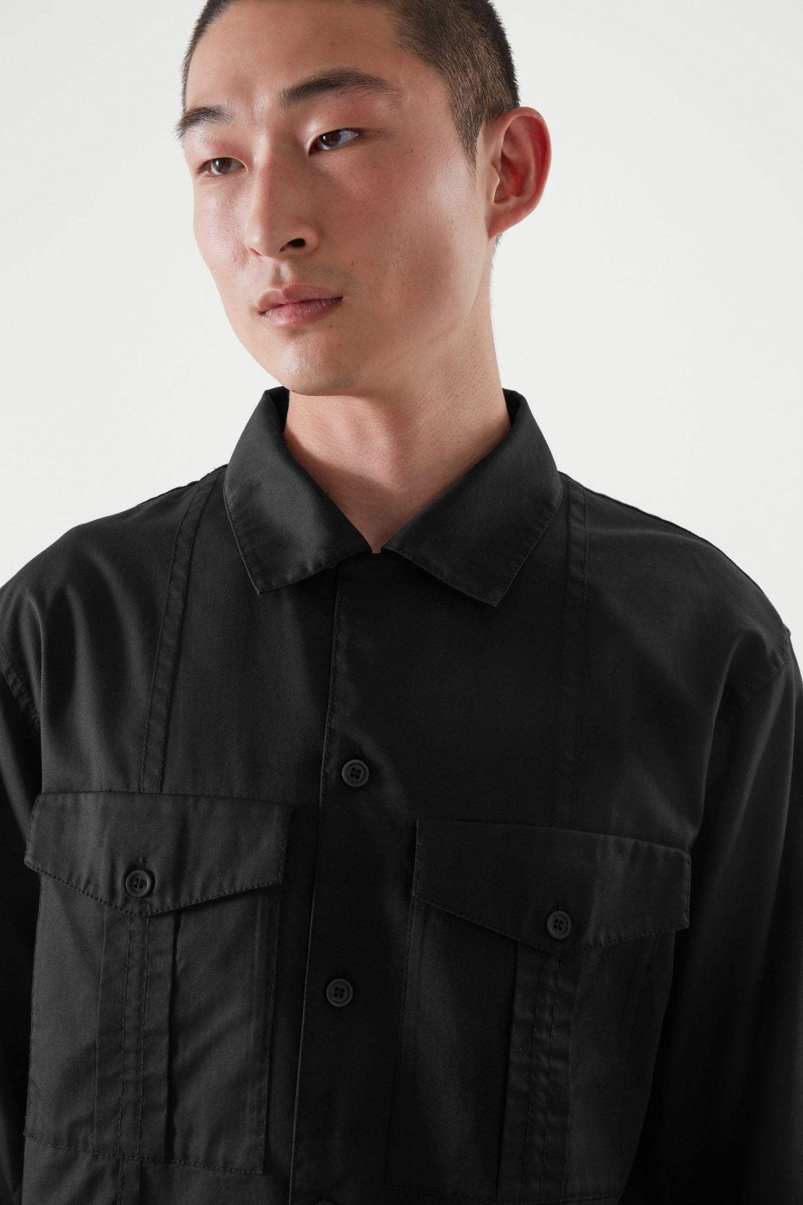 COS 릴랙스드 핏 유틸리티 셔츠의 블랙컬러 ECOMLook입니다.