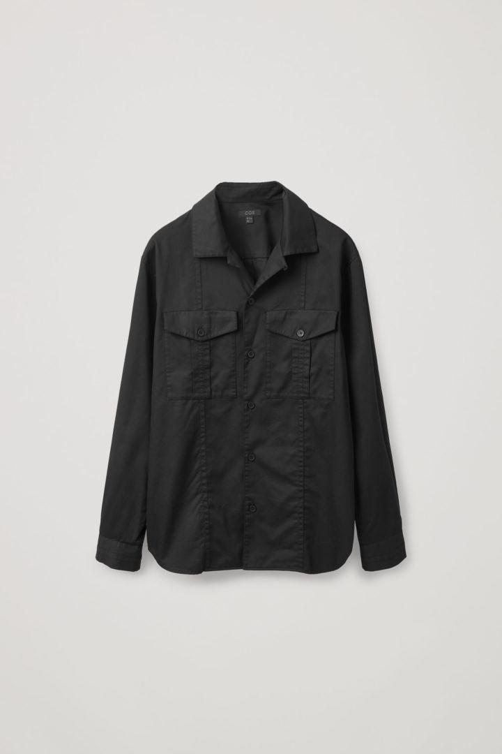 COS 릴랙스드 핏 유틸리티 셔츠의 블랙컬러 Product입니다.
