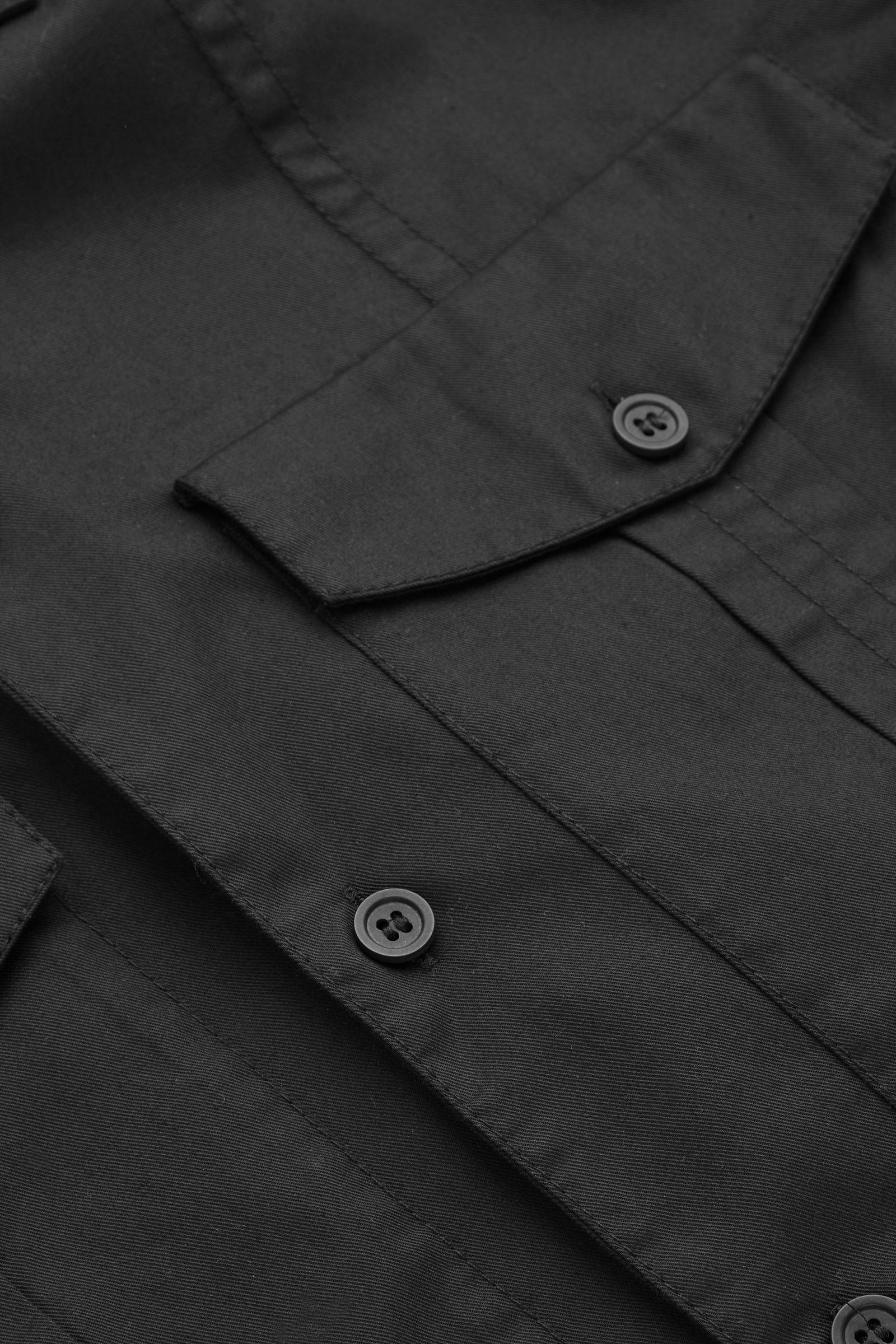 COS 릴랙스드 핏 유틸리티 셔츠의 블랙컬러 Detail입니다.
