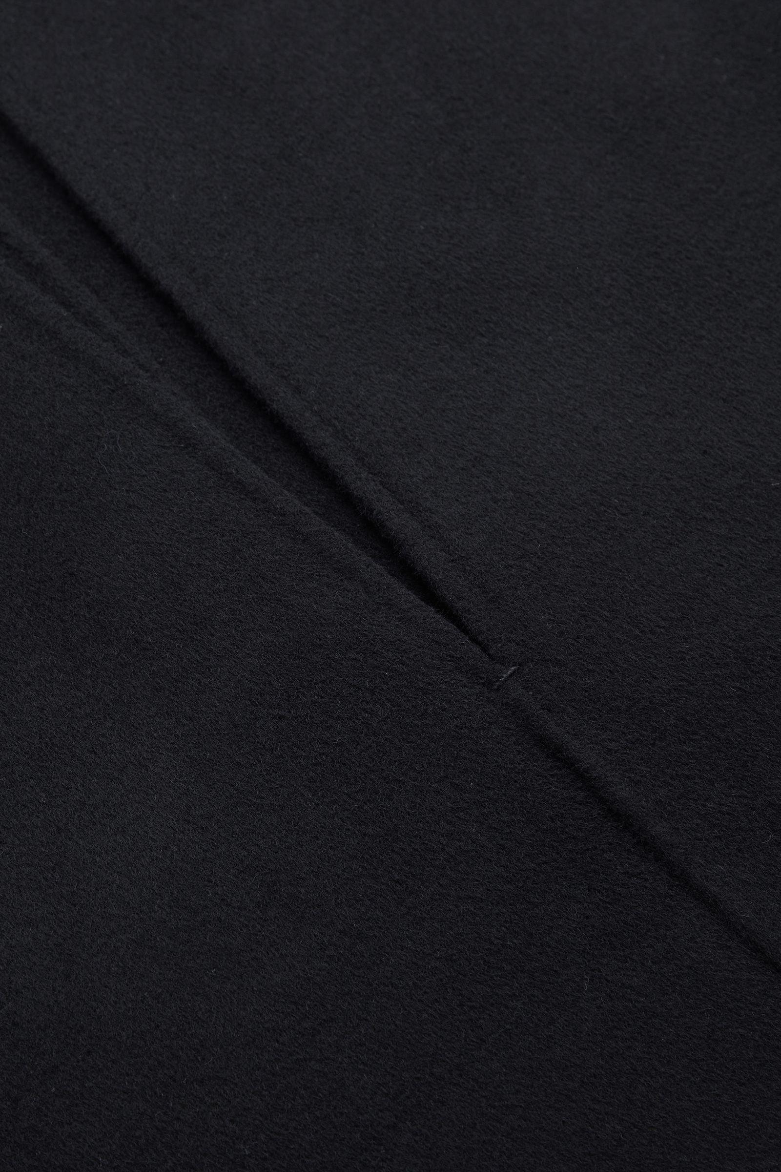 COS 딥 브이넥 슬리브리스 탑의 블랙컬러 Detail입니다.