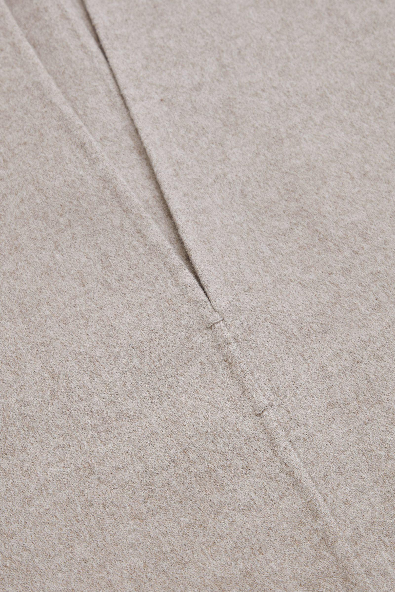 COS 딥 브이넥 슬리브리스 탑의 라이트 베이지컬러 Detail입니다.