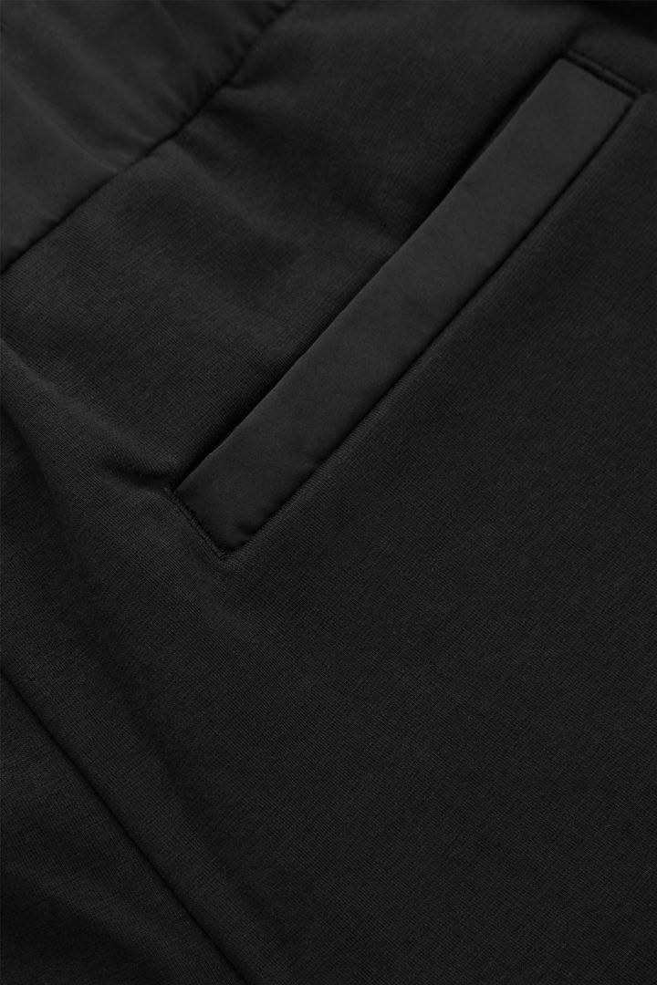 COS 레귤러 핏 드로우스트링 쇼츠의 블랙컬러 Detail입니다.