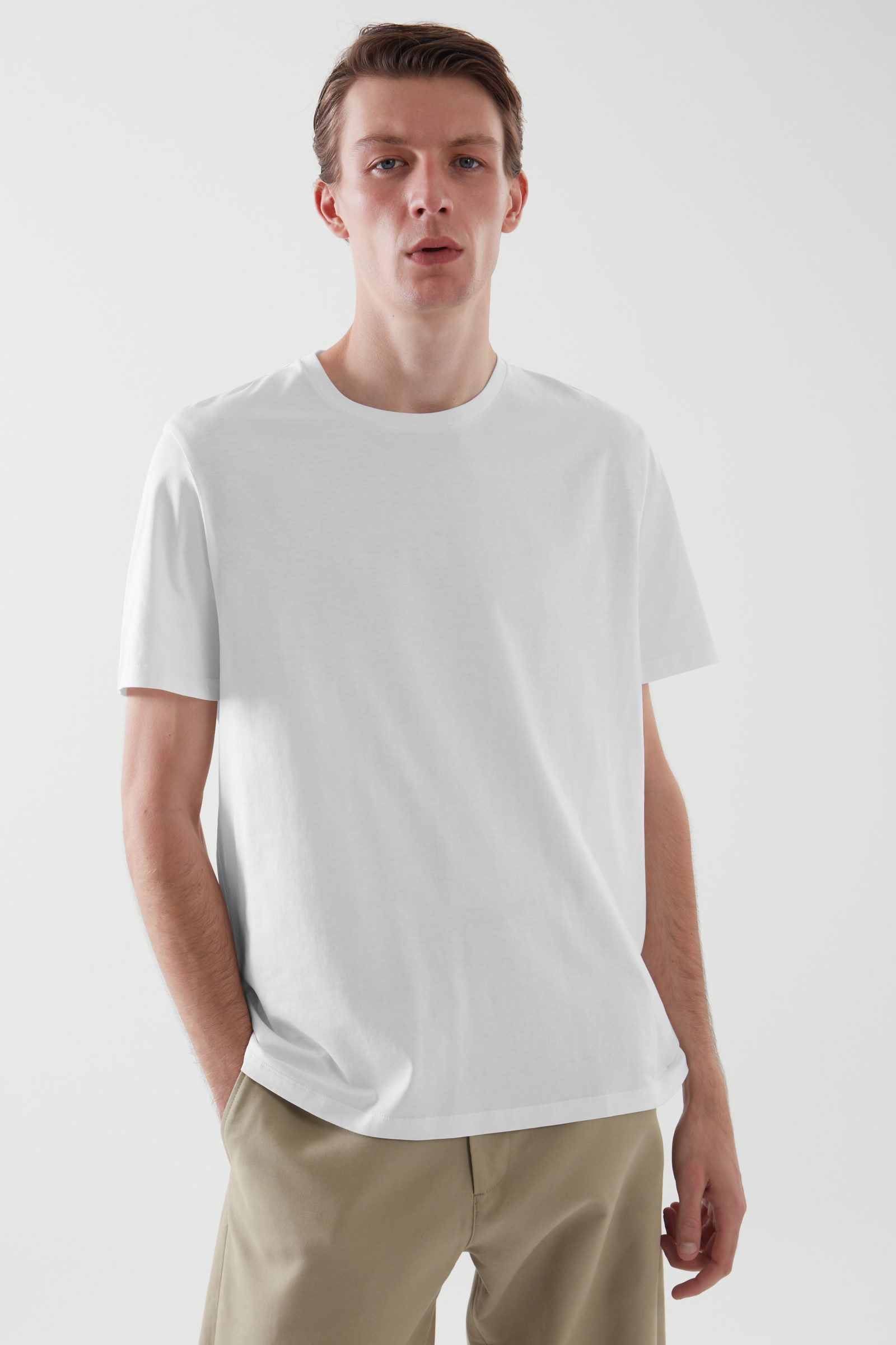 COS 레귤러 핏 티셔츠 3팩의 다크 블루컬러 ECOMLook입니다.