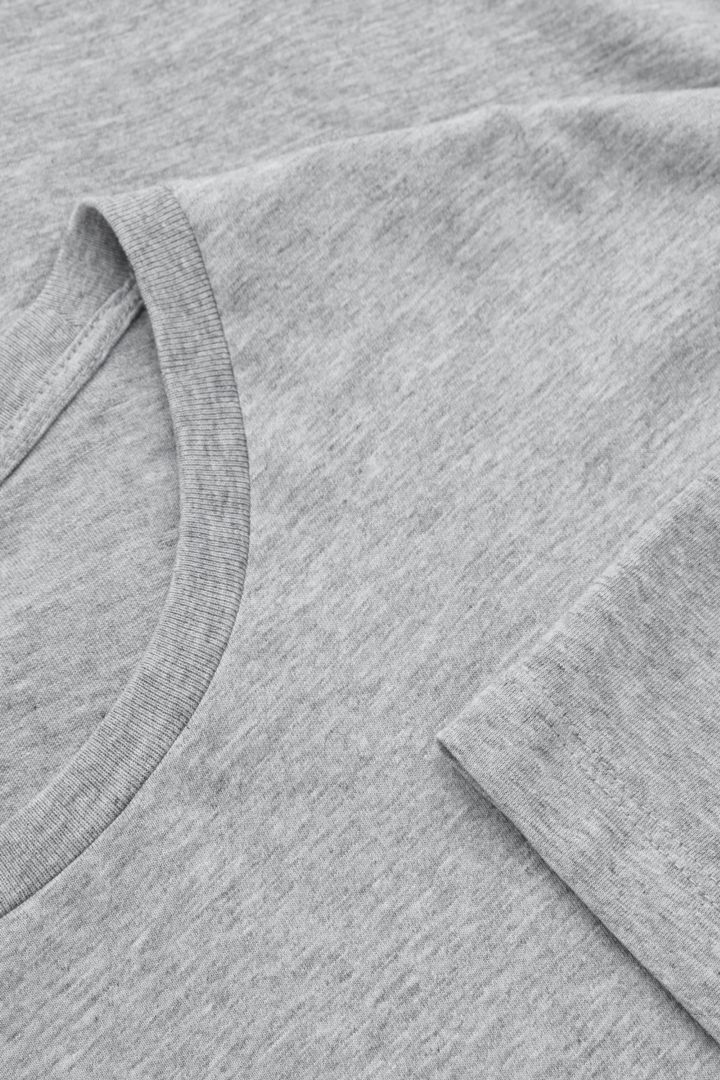 COS 레귤러 핏 티셔츠 3팩의 다크 블루컬러 Detail입니다.