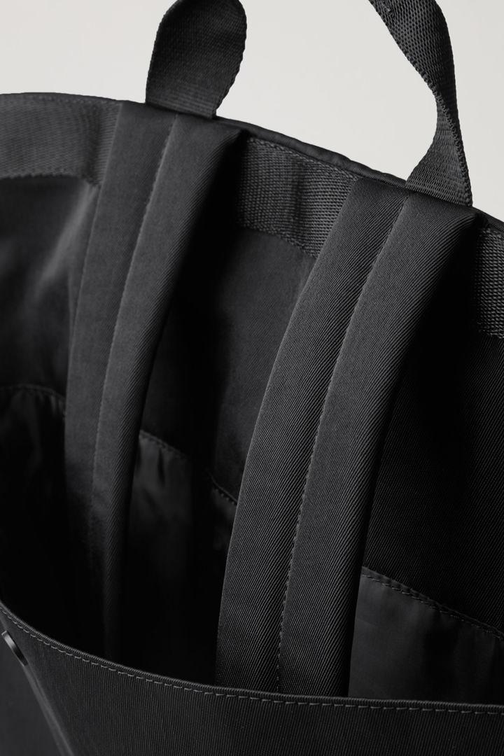 COS 토트 백팩의 블랙컬러 Detail입니다.