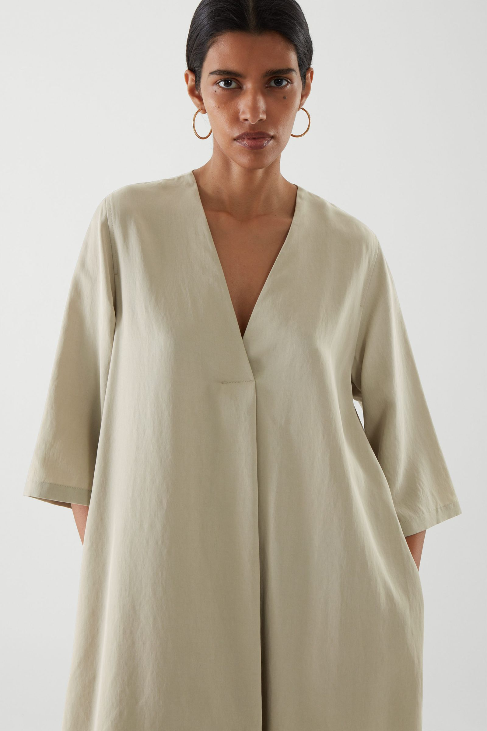 COS 브이넥 튜닉 드레스의 그린컬러 ECOMLook입니다.