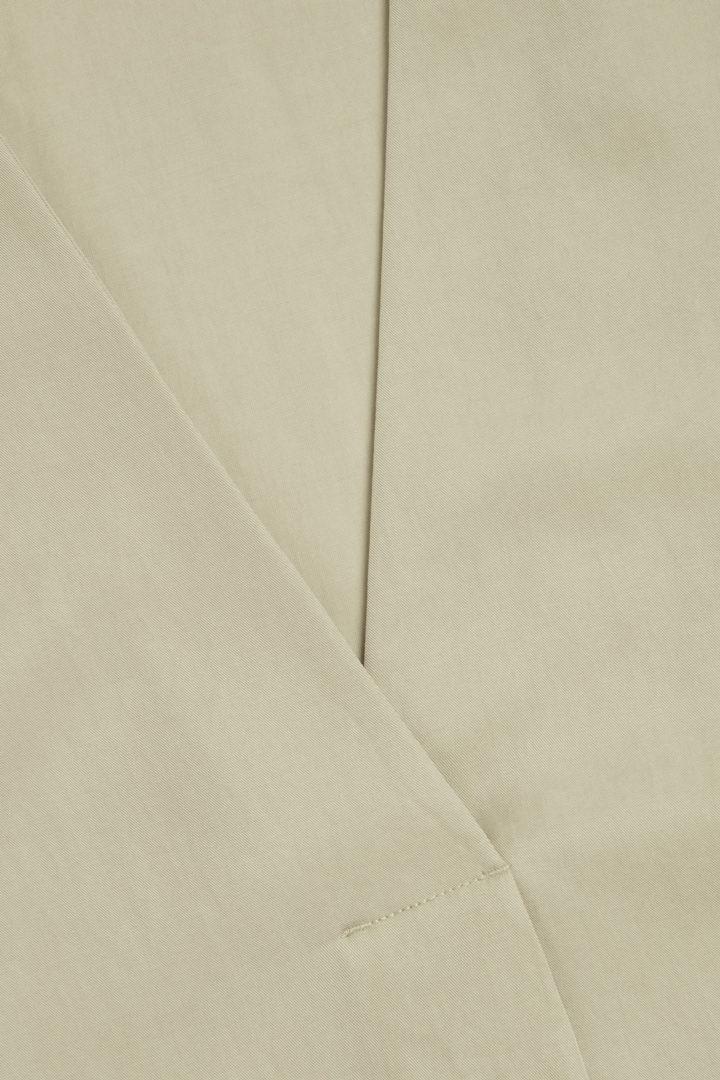 COS 브이넥 튜닉 드레스의 그린컬러 Detail입니다.