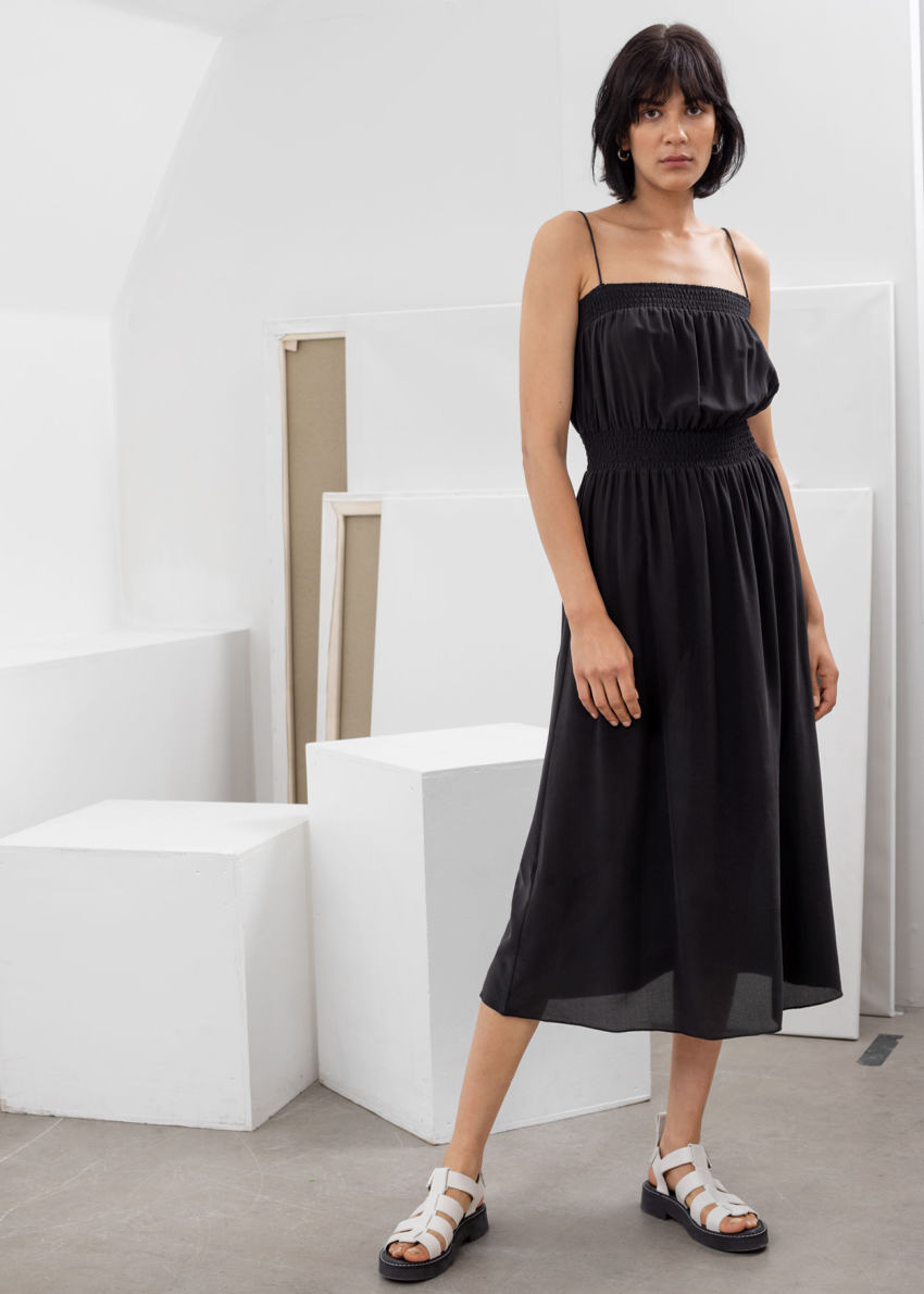 앤아더스토리즈 스목 실크 미디 드레스의 블랙컬러 ECOMLook입니다.