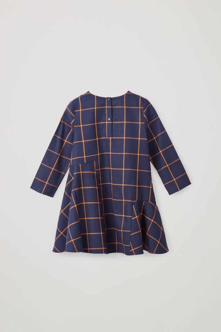 COS 코튼 서클컷 개더드 패널 드레스의 네이비 / 브라이트 오렌지컬러 Product입니다.