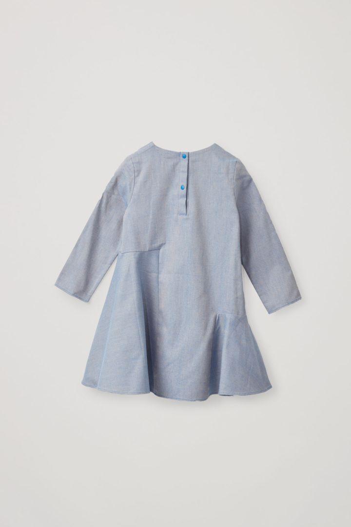 COS 코튼 서클컷 개더드 패널 드레스의 라이트 블루컬러 Product입니다.