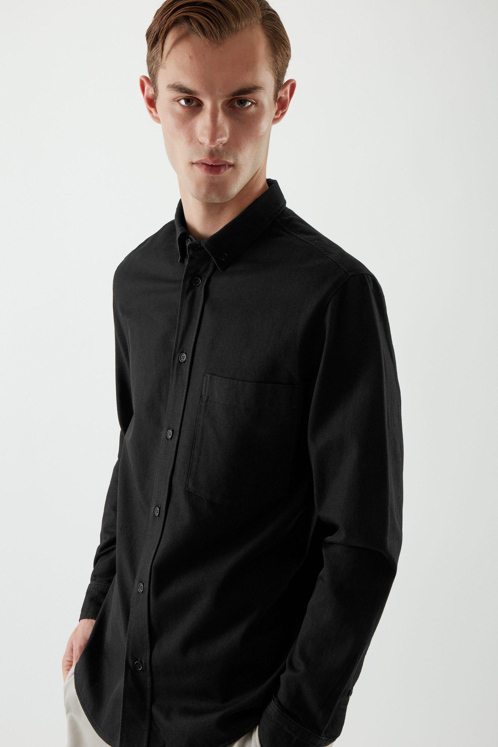 COS 데님 옥스포드 셔츠의 블랙컬러 ECOMLook입니다.