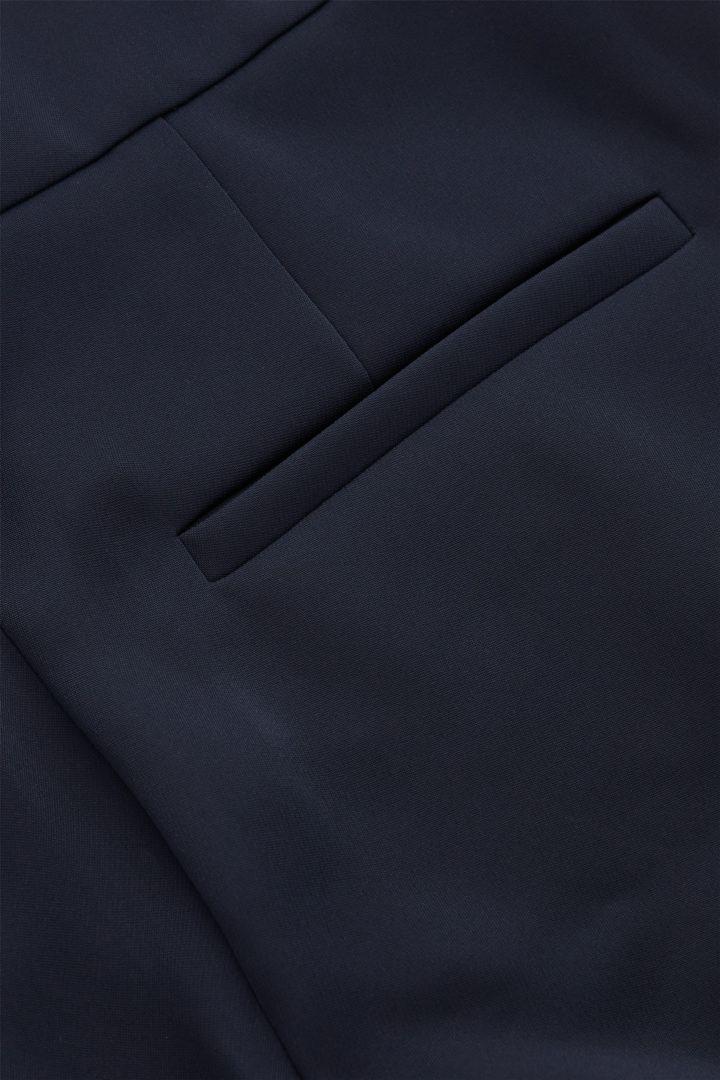 COS 스트레이트 우븐 트라우저의 다크 네이비컬러 Detail입니다.