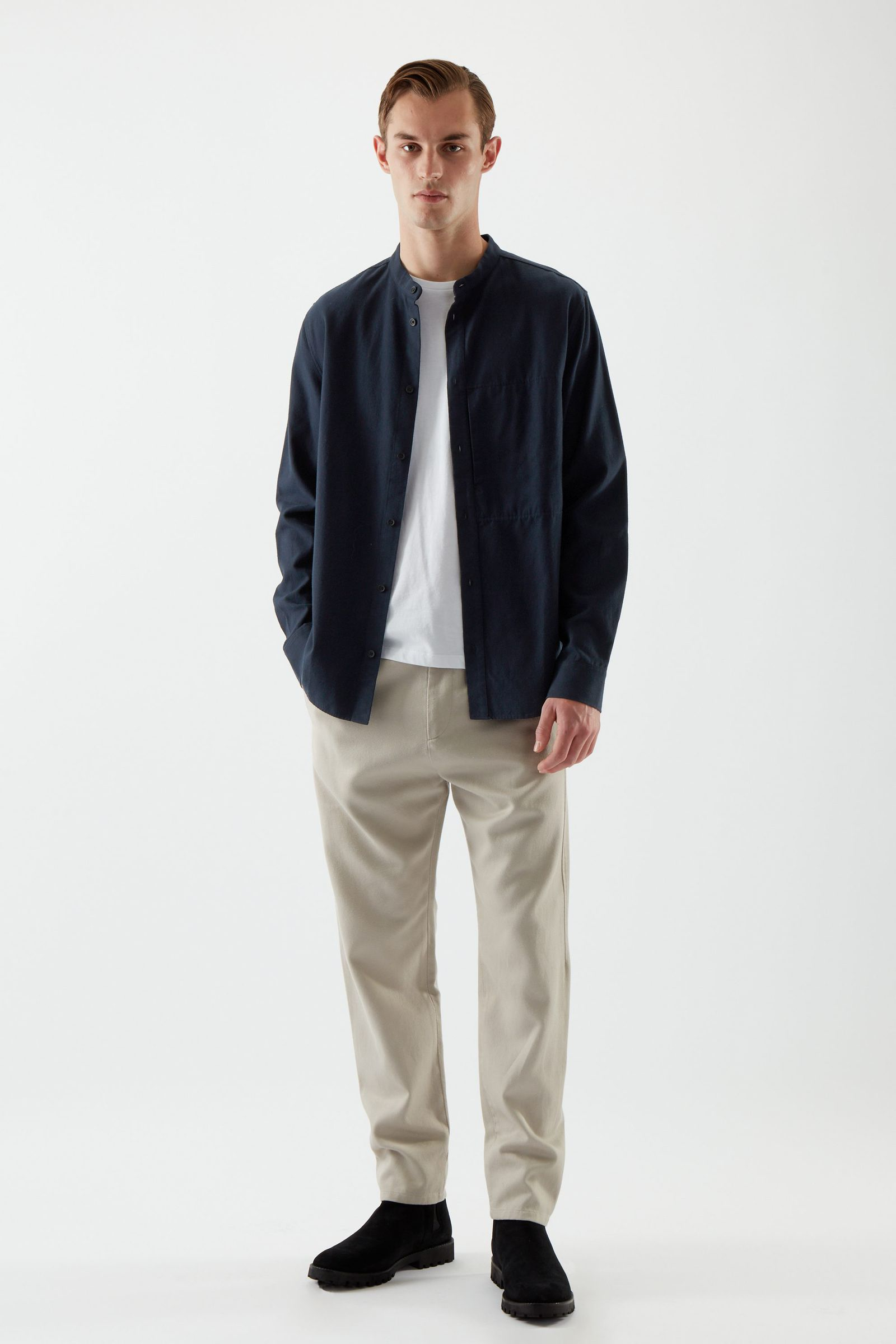 COS 레귤러 핏 칼라리스 셔츠의 블루컬러 ECOMLook입니다.