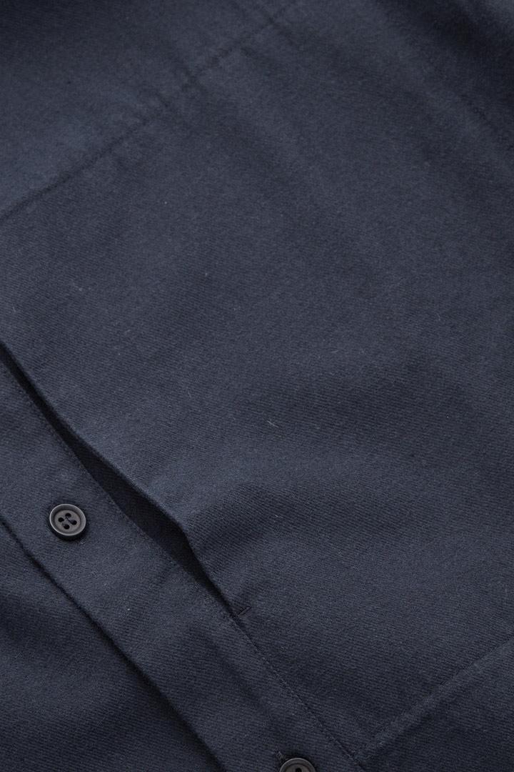 COS 레귤러 핏 칼라리스 셔츠의 블루컬러 Detail입니다.