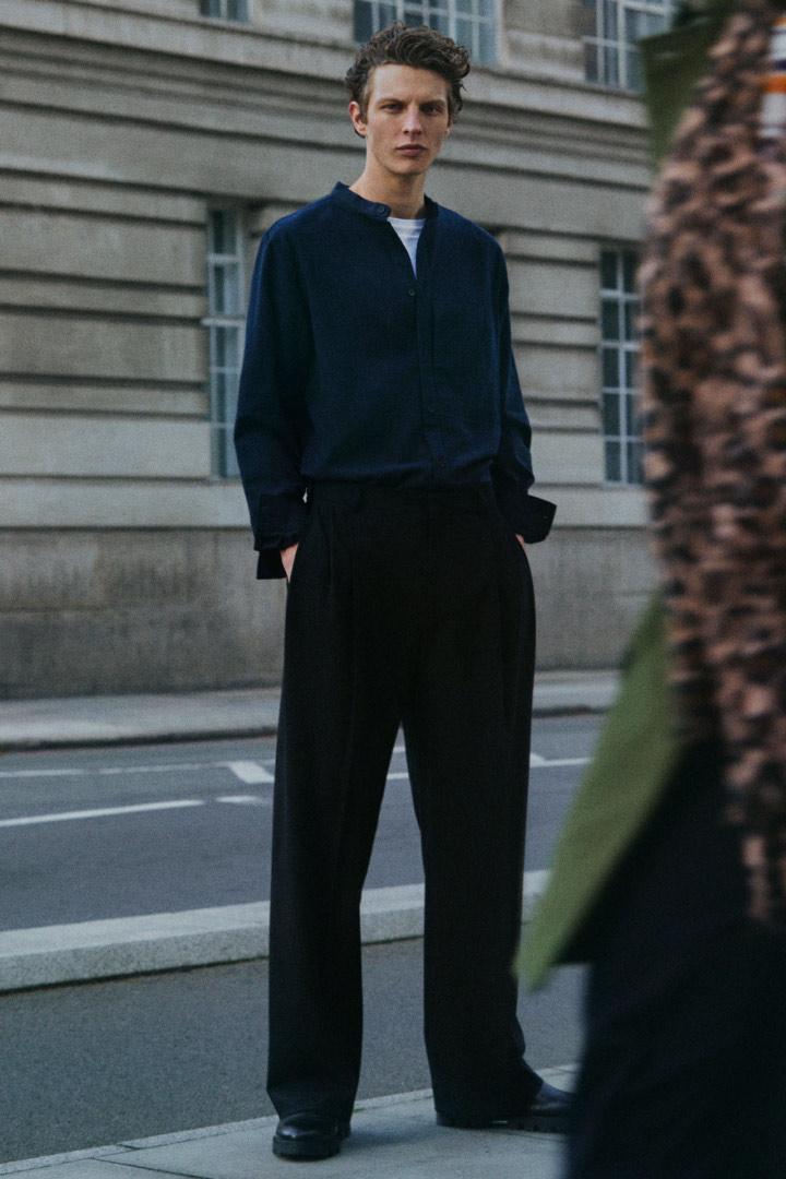 COS 레귤러 핏 칼라리스 셔츠의 블루컬러 Environmental입니다.