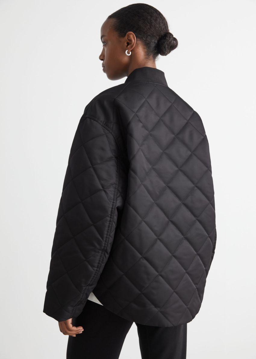 앤아더스토리즈 오버사이즈 퀼티드 보머 재킷의 블랙컬러 ECOMLook입니다.