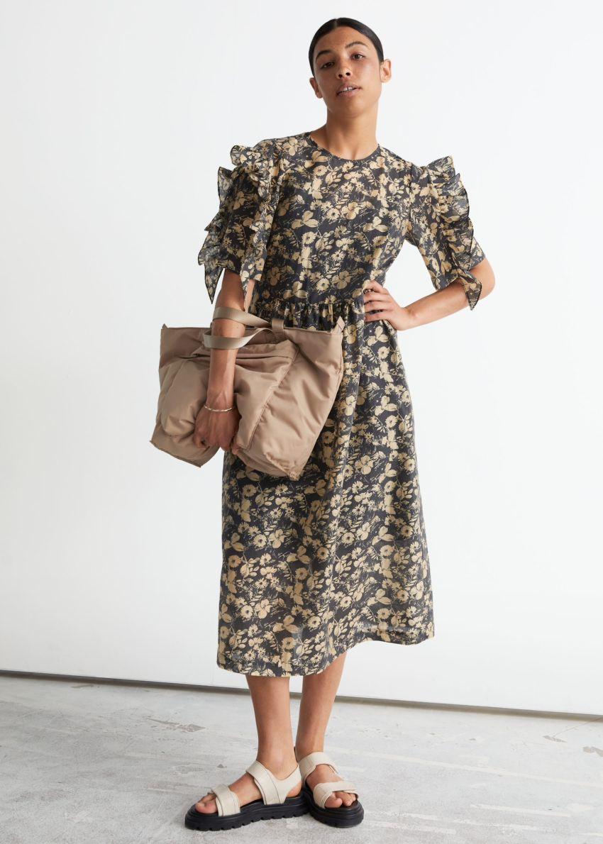 앤아더스토리즈 프릴 슬리브 미디 드레스의 블랙 플로럴컬러 ECOMLook입니다.