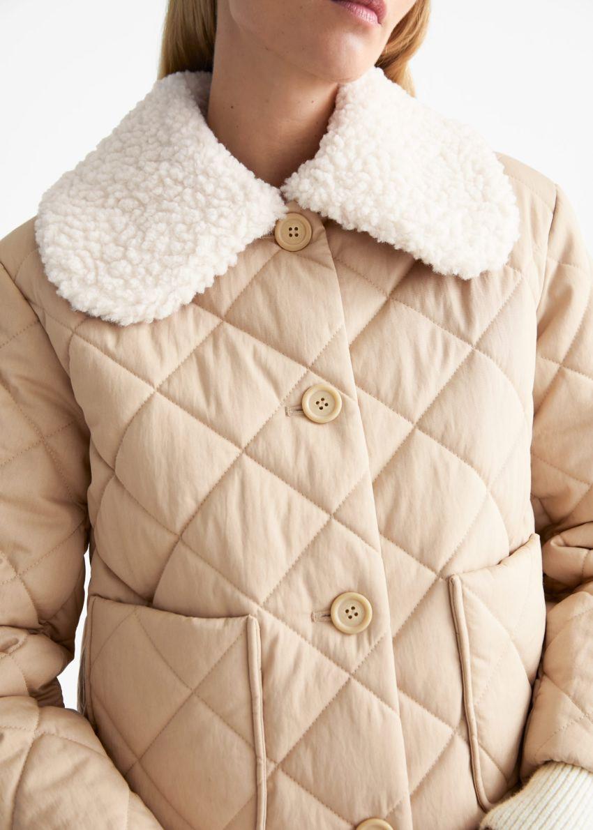 앤아더스토리즈 퀼티드 리무버블 카라 재킷의 베이지컬러 ECOMLook입니다.