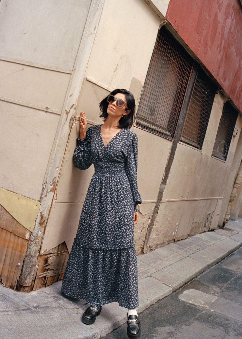 앤아더스토리즈 스모크 맥시 드레스의 블랙 플로럴컬러 Environmental입니다.
