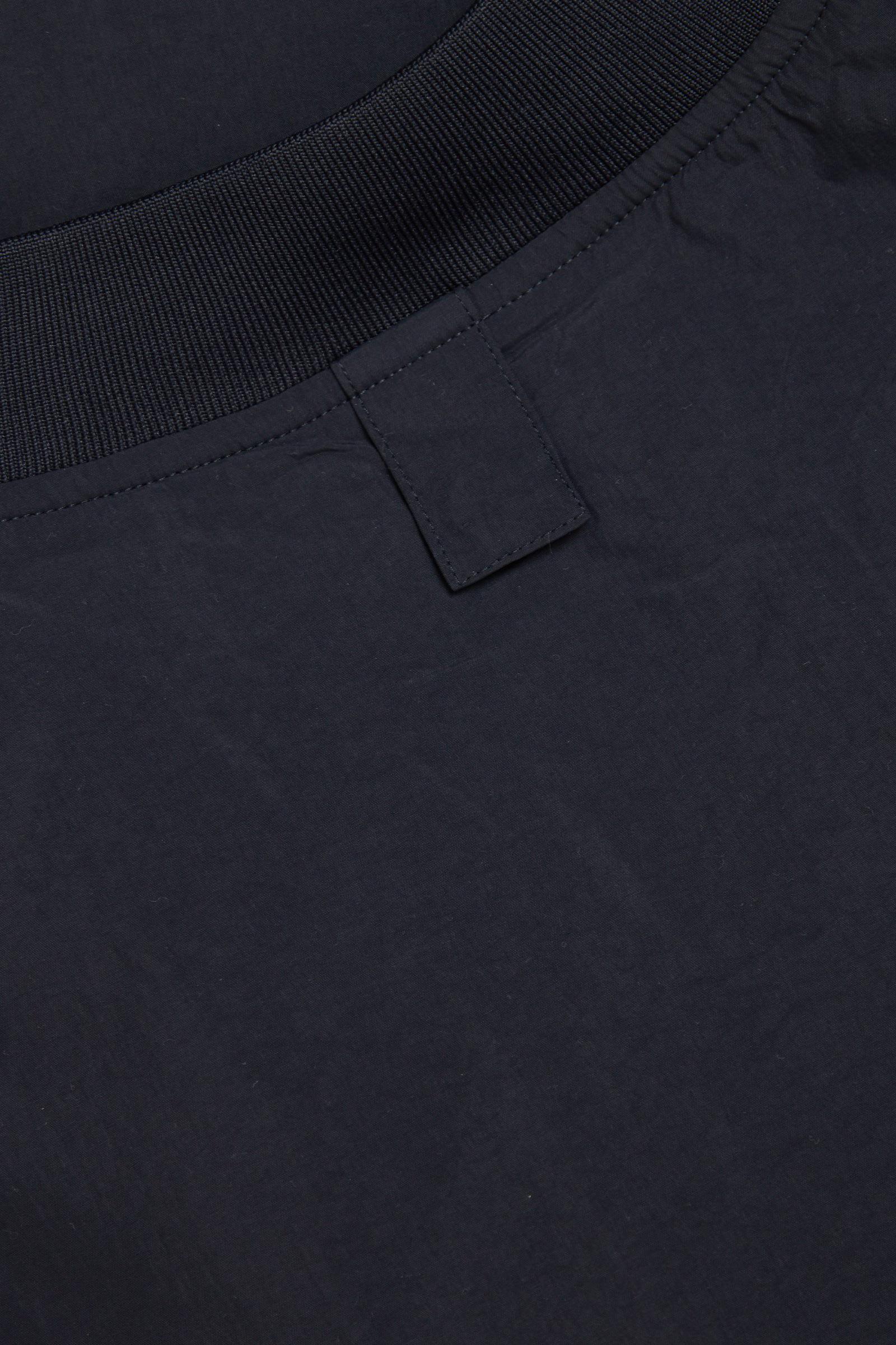 COS 다운 필드 패딩 베스트 라이너의 블루컬러 Detail입니다.