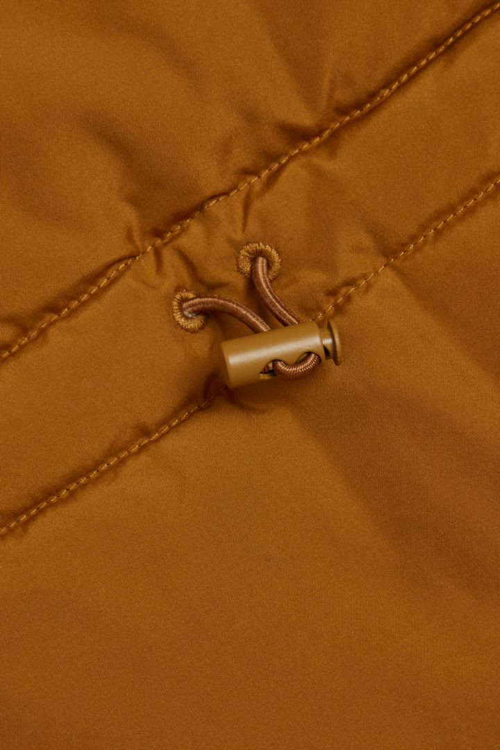COS 토글 스누드의 옐로우컬러 Detail입니다.
