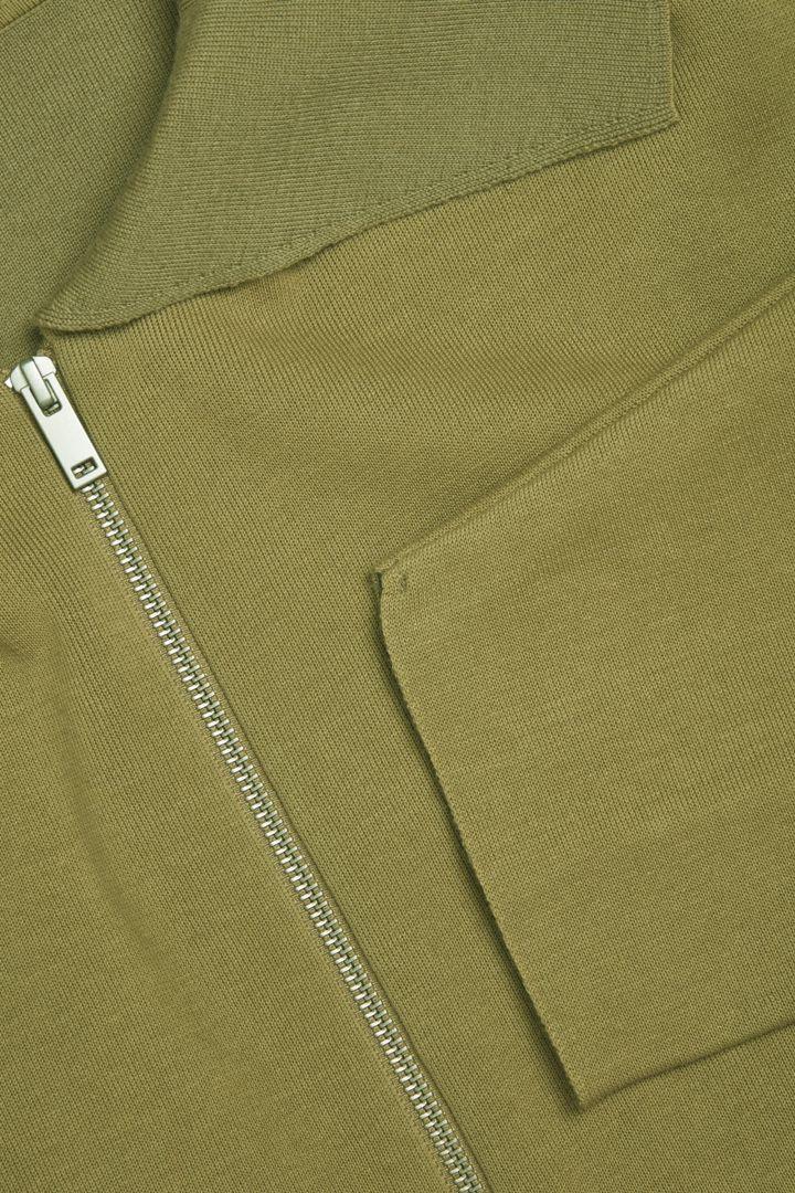 COS 니티드 울 코튼 재킷의 카키 그린컬러 Detail입니다.