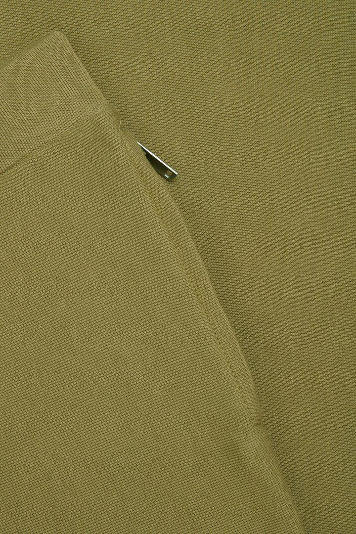 COS 니티드 메리노 울 트라우저의 그린컬러 Detail입니다.