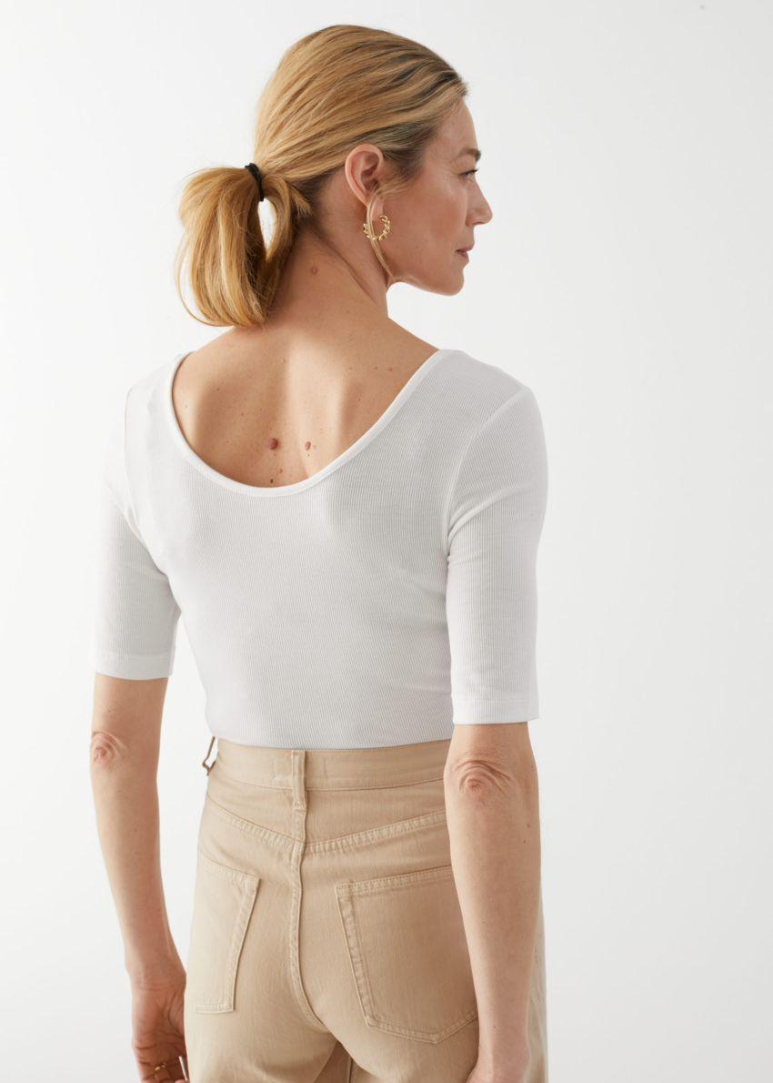 앤아더스토리즈 스쿠프 넥 저지 티셔츠의 화이트컬러 ECOMLook입니다.