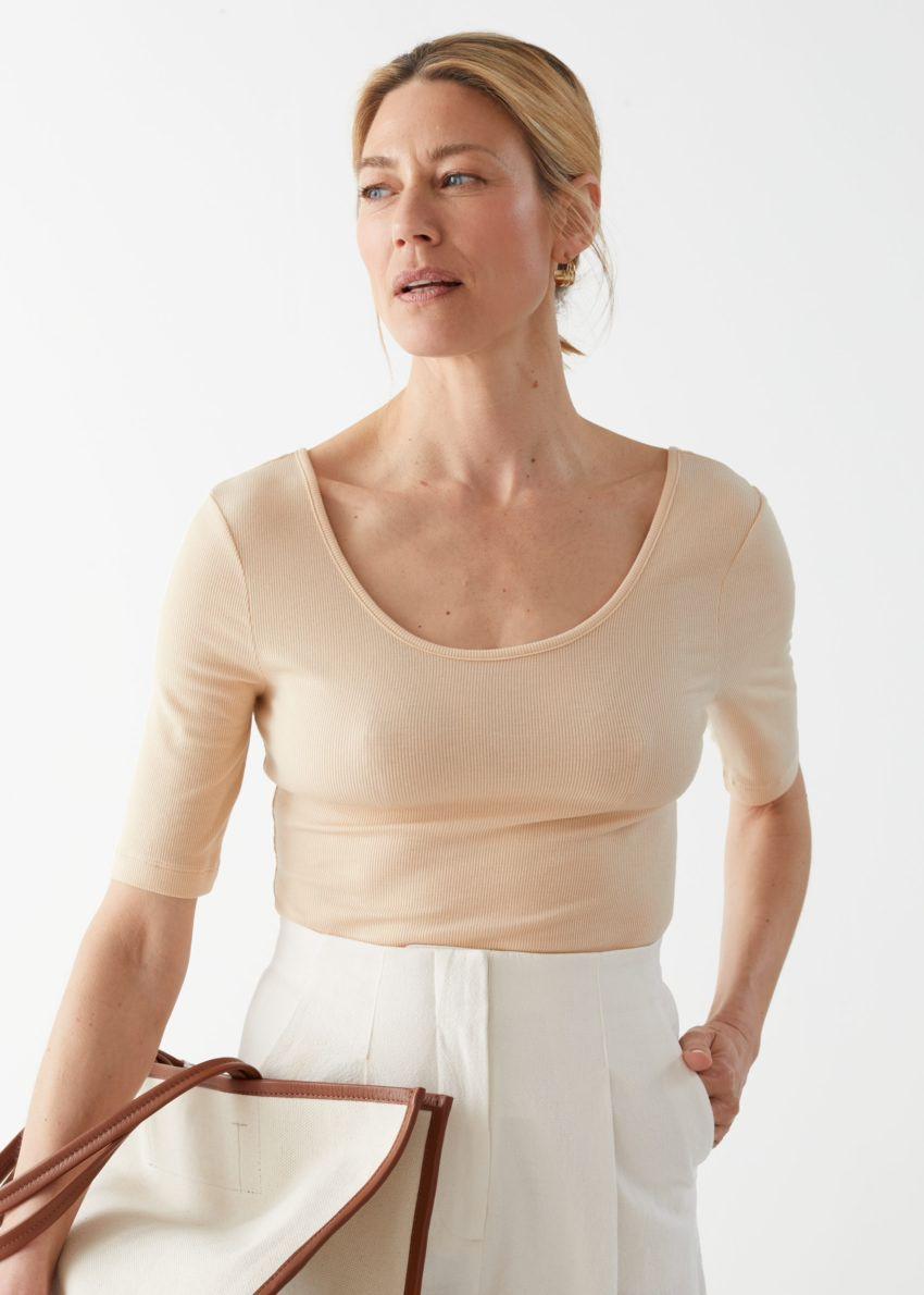 앤아더스토리즈 스쿠프 넥 저지 티셔츠의 베이지컬러 ECOMLook입니다.