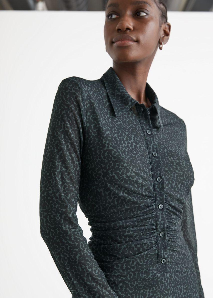 앤아더스토리즈 피티드 미디 셔츠 드레스의 그레이 프린트컬러 ECOMLook입니다.
