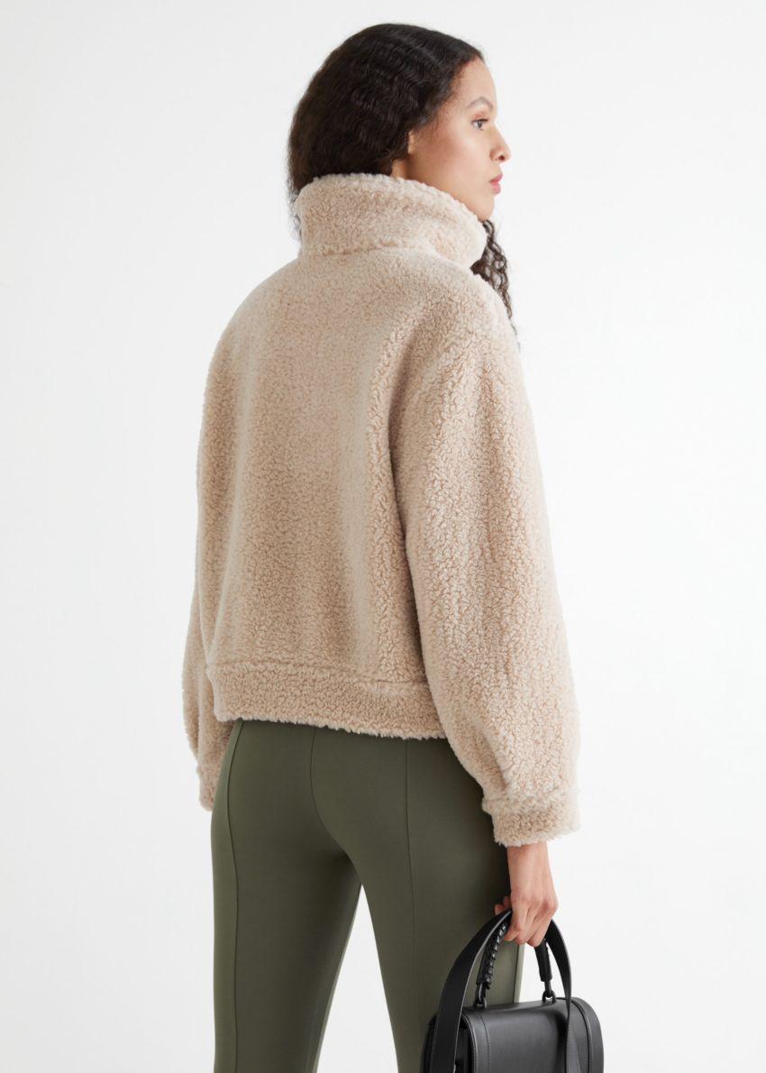 앤아더스토리즈 Faux 셜링 하프-집 스웨터의 베이지컬러 ECOMLook입니다.