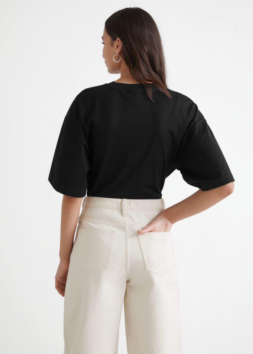 앤아더스토리즈 티셔츠 슬리브 바디수트의 블랙컬러 ECOMLook입니다.