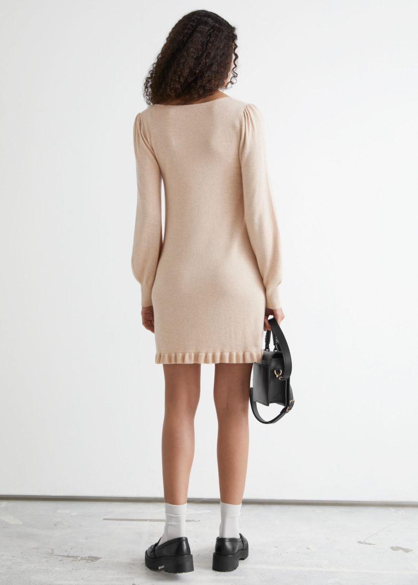 앤아더스토리즈 러플 헴 미니 니트 드레스의 베이지컬러 ECOMLook입니다.