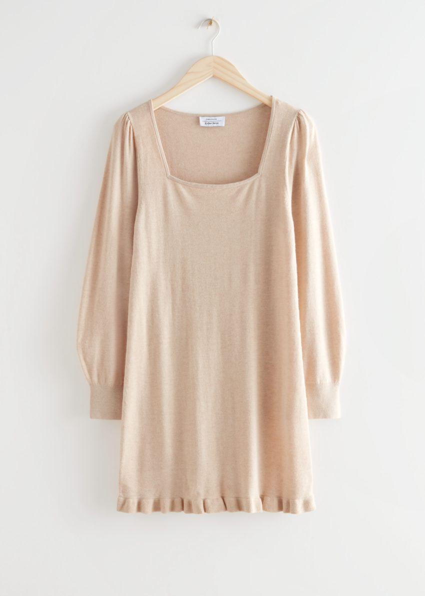 앤아더스토리즈 러플 헴 미니 니트 드레스의 베이지컬러 Product입니다.
