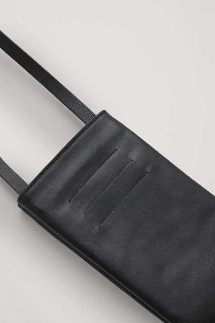 COS 레더 폰 파우치의 블랙컬러 Detail입니다.